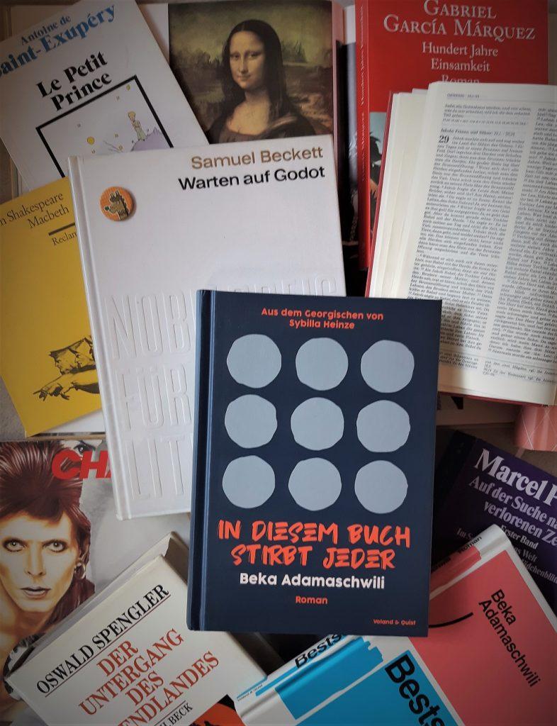 Beka Adamaschwili, In diesem Buch stirbt jeder, Belegexemplar auf einer Collage von Büchern und Fotos, Korrektorat